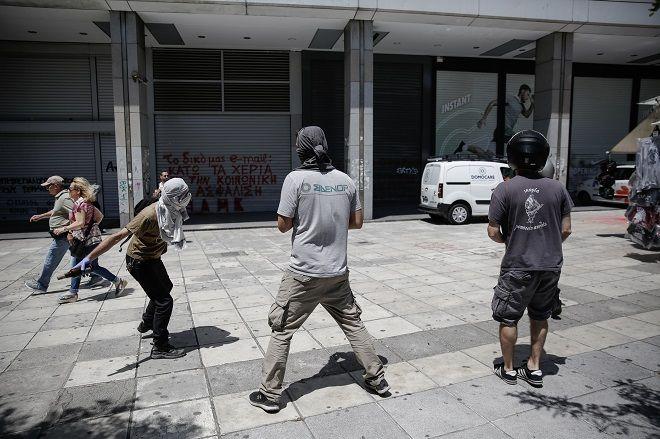 Μπογιές πέταξαν διαδηλωτές έξω από το ΥΠΟΙΚ, Τετάρτη 30/5/2018.