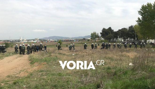Μικροεπεισόδια στα Διαβατά: Πρόσφυγες προσπαθούν να περάσουν τα σύνορα μετά από διαδικτυακό κάλεσμα