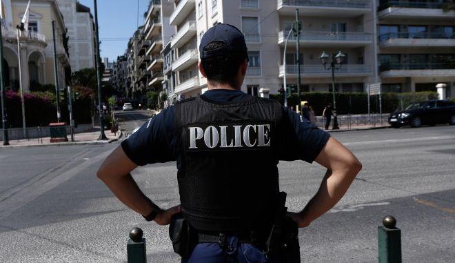 Αστυνομικός στο κέντρο της Αθήνας