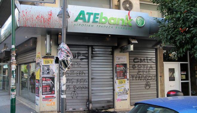 Εμπρησμός στο ΑΤΜ σε υποκατάστημα της Αγροτικής Τράπεζας, στην οδό Χρυσοστόμου Σμύρνης 82 στο Βύρωνα, Κυριακή 13 Ιαν. 2013. (EUROKINISSI/ΚΩΣΤΑΣ ΚΑΤΩΜΕΡΗΣ)