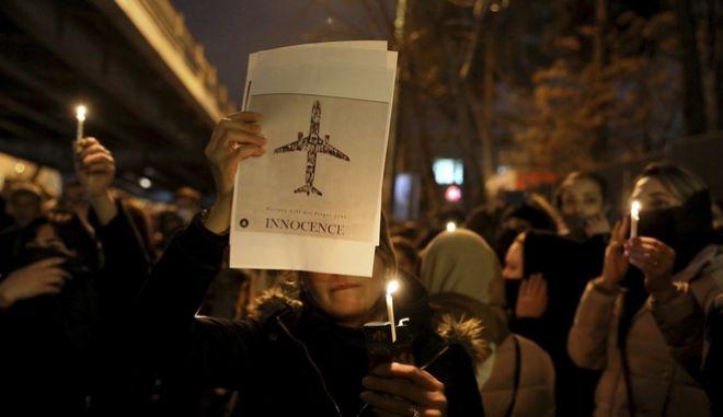 Ουκρανοί πενθούν για τα θύματα του αεροπορικού δυστυχήματος