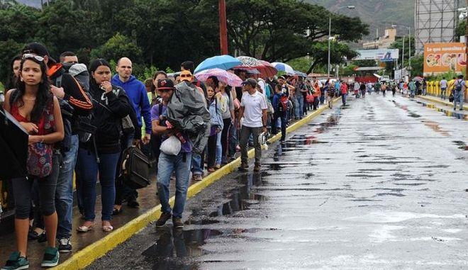 'Απόβαση' 35.000 Βενεζουελάνων στην Κολομβία για φαγητό και φάρμακα