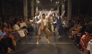 Ηθοποιοί του Εθνικού Μπαλέτου της Ισπανίας χορεύουν φλαμένγκο σε πασαρέλα