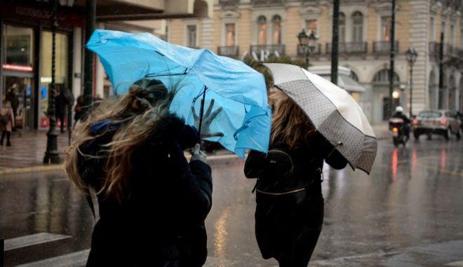 Ισχυρή βροχή και δυνατοί άνεμοι στην Αθήνα