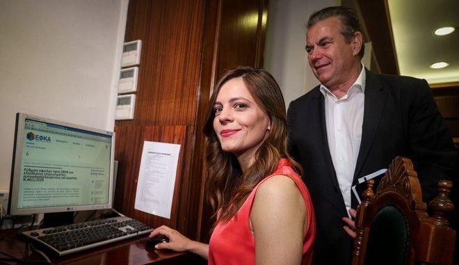 Η υπουργός Εργασίας, Κοινωνικής Ασφάλισης και Κοινωνικής Αλληλεγγύης Έφη Αχτσιόγλου και ο υφυπουργός Κοινωνικής Ασφάλισης Τάσος Πετρόπουλος