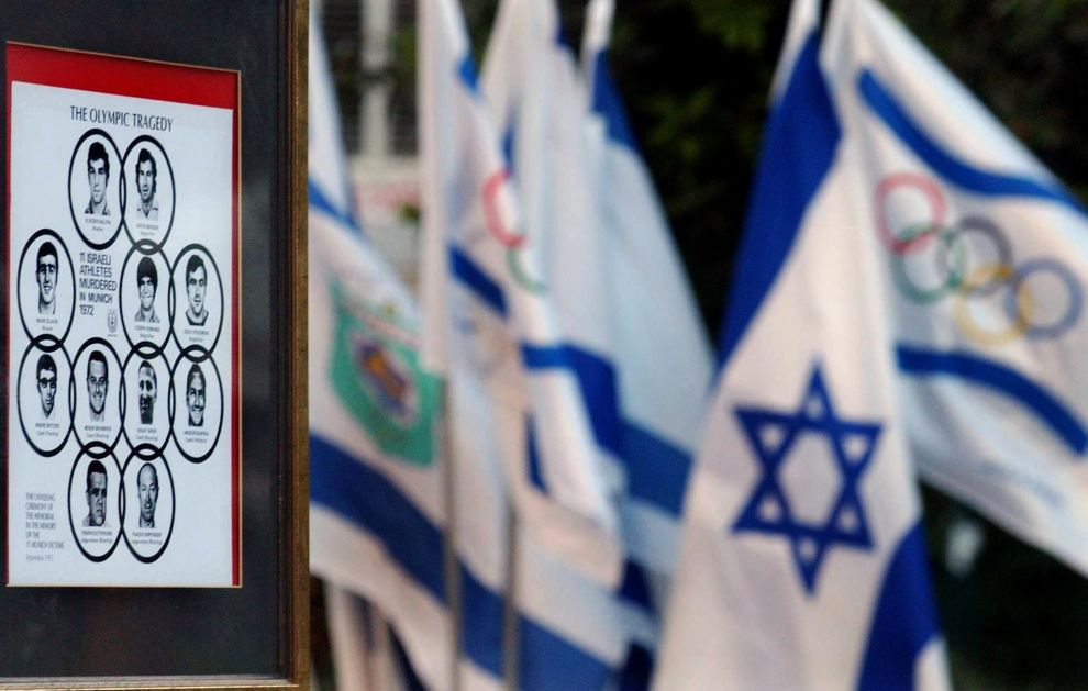 Ισραηλινές και Ολυμπιακές σημαίες δίπλα στις φωτογραφίες των 11 νεκρών Ισραηλινών, σε εκδήλωση μνήμης στο Τελ Αβίβ για την 30η επέτειο της