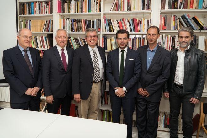 (από αριστερά προς τα δεξιά) ο Πρέσβης της Ελλάδας στο Ηνωμένο Βασίλειο Δημήτριος Καραμήτσος-Τζιράς, ο Πρόεδρος και Διευθύνων Δύμβουλος Ομίλου ΟΤΕ κ. Μιχάλης Τσαμάζ, ο Πρόεδρος του Ευρωπαϊκού Ινστιτούτου και καθηγητής Σύγχρονων Ελληνικών Σπουδών (έδρα