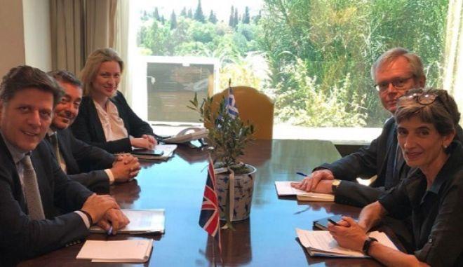 Ο αναπληρωτής υπουργός Εξωτερικών Μιλτιάδης Βαρβιτσιώτης και η πρέσβης της Μεγάλης Βρετανίας Κέιτ Σμιθ