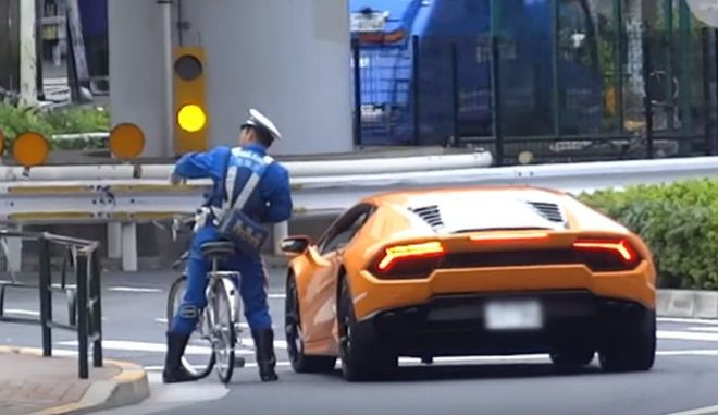 Βίντεο: Αστυνομικός καταδιώκει με ποδήλατο μια Lamborghini