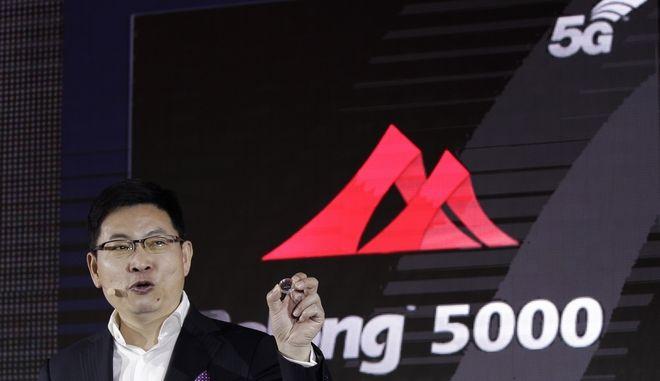 O Richard Yu, CEO της Huawei Consumer Business Group παρουσιάζει το 5G modem Balong 5000.