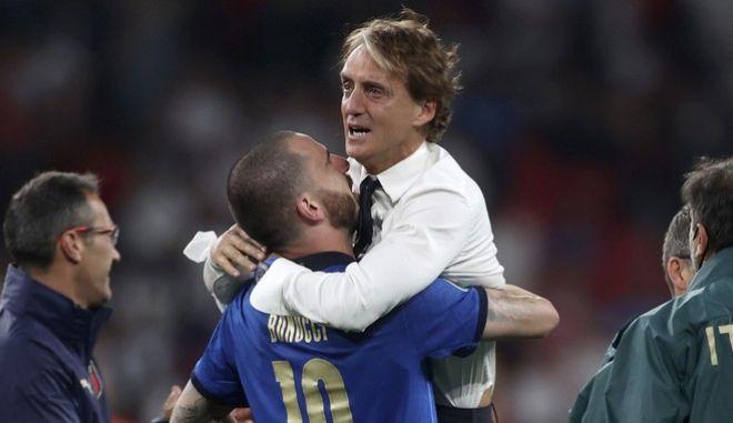 Ο Ρομπέρτο Μαντσίνι στην αγκαλιά του Λεονάρντο Μπονούτσι, μετά την κατάκτηση του Euro 2020.