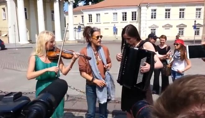 Βίντεο-παρωδία: Ο Steven Tyler ξέχασε τα λόγια του τραγουδιού του