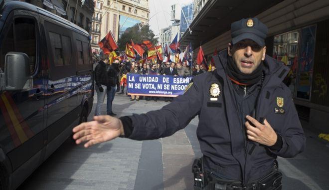 Αστυνομικός στη διαδήλωση για την επέτειο των 44 χρόνων από τον θάνατο του Φράνκο