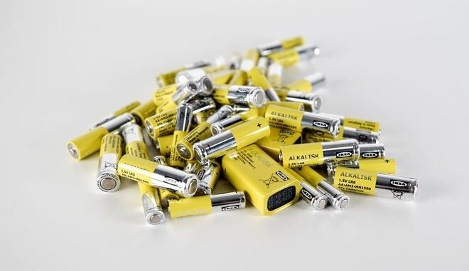 IKEA: Τέλος εποχής για τις αλκαλικές μπαταρίες της