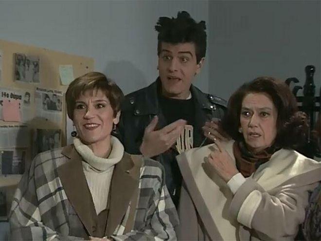 Χρύσα Ρώπα, Βλαδίμηρος Κυριακίδης και Μαρία Κωνσταντάρου σε σκηνή της σειράς «Βαρβαρότητες» που έκανε πρεμιέρα το Σεπτέμβριο του 1993