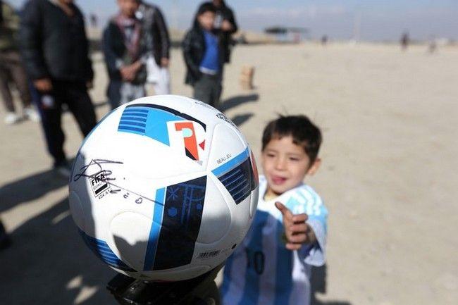 O Moύρταζα με την μπάλα που του είχε δώσει ο Λίονελ Μέσι (AP Photo/Rahmat Gul)