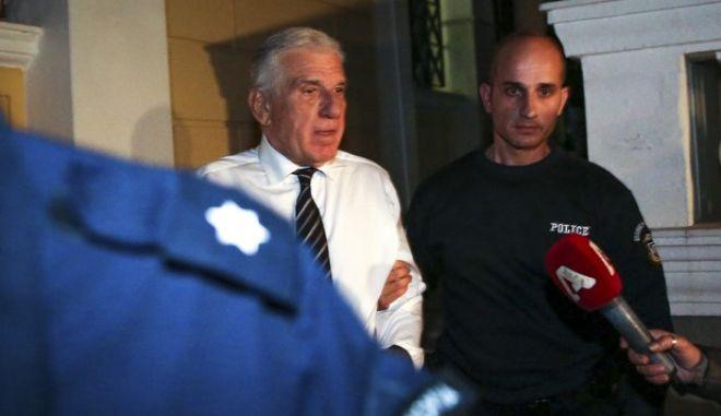 Ο Γιάννος Παπαντωνίου οδηγείται στην ΓΑΔΑ μετά την απόφαση ανακριτή και εισαγγελέα για την προφυλάκισή του για την υπόθεση διαφθοράς