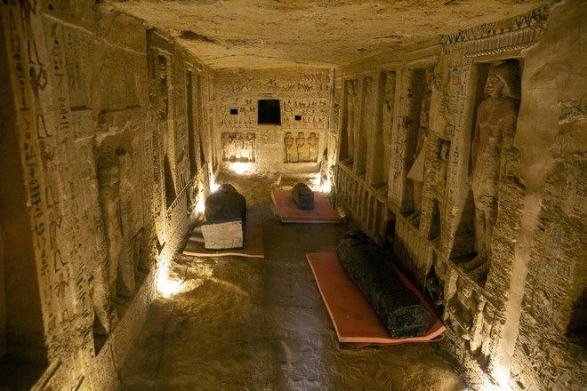 Αρκετά φέρετρα εμφανίστηκαν μέσα σε έναν τάφο στον αρχαιολογικό χώρο Σακκάρα, 30 χιλιόμετρα (19 μίλια) νότια του Καΐρου της Αιγύπτου, το Σάββατο 3 Οκτωβρίου 2020. Το αιγυπτιακό Υπουργείο Αρχαιοτήτων και Τουρισμού λέει ότι τουλάχιστον 59 σφραγισμένα φέρετρα με μούμιες βρέθηκαν σε τρία πηγάδια. Πιστεύεται ότι έχει ταφεί εκεί πριν από περισσότερα από 2.600 χρόνια. (Aboto / Mahmoud Khaled)