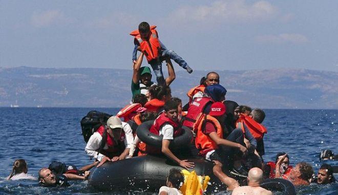 Όσα αναγκάζουν τους πρόσφυγες να 'κολλήσουν' μεταξύ Ελλάδας και χωρών μετεγκατάστασης