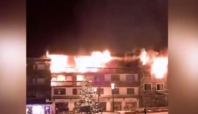 Στιγμιότυπο από τη φωτιά σε κτίριο στο Κουρσεβέλ