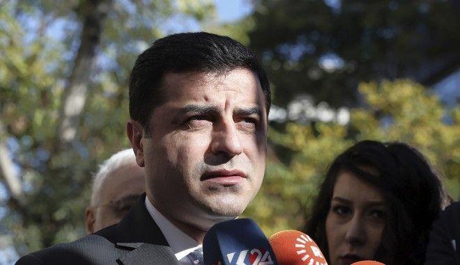 Ο πρώην ηγέτης του κουρδικού Κόμματος της Δημοκρατίας των Λαών Σελαχατίν Ντεμιρτάς μιλάει σε δημοσιογράφους στην Άγκυρα τον Νοέμβριο του 2016