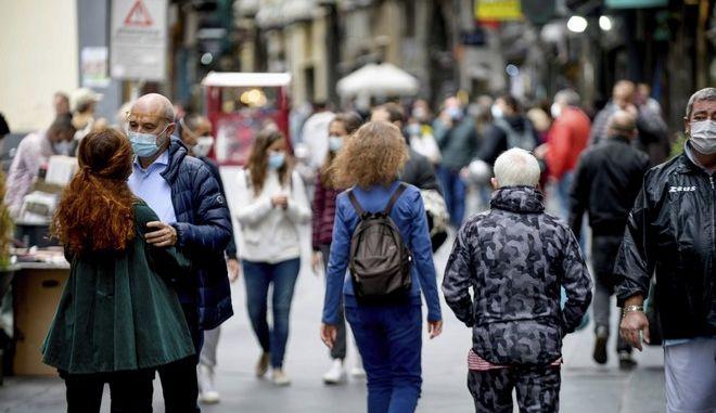 Άνθρωποι περπατούν στην Ιταλία