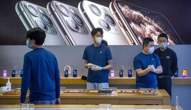 Εργαζόμενοι με μάσκες σε Apple Store στο Πεκίνο