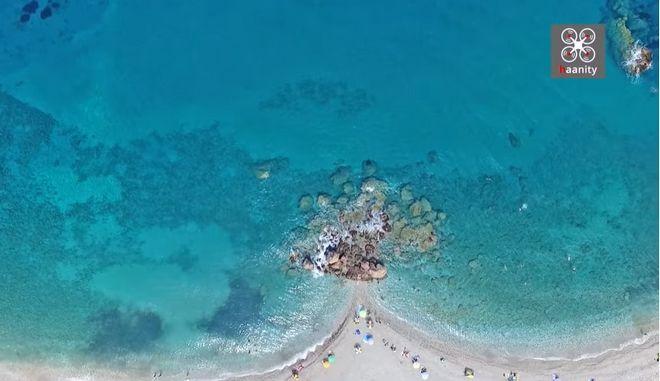 Η παραλία με το κατάφυτο φαράγγι και τους καταρράκτες στην άκρη της Ελλάδας