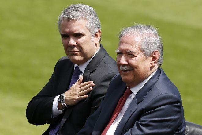 Ο πρόεδρος της Κολομβίας Ιβάν Ντούκε και ο πρώην υπουργός Άμυνας Γκιγιέρμο Μποτέρο