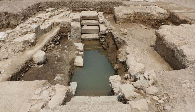 Υπόγεια κρήνη ρωμαϊκών χρόνων, αποτελούμενη από υλικό αρχαιότερων μνημείων, όπως ενεπίγραφες ελληνιστικές βάσεις αγαλμάτων
