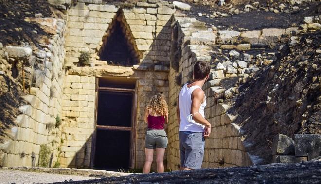 Οι φωτογραφικές μηχανές των επισκεπτών αποτυπώνουν το μαύρο φόντο που σκεπάζει τον Τάφο της Κλυταιμνήστρας