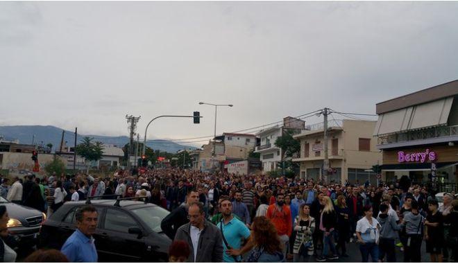 Μενίδι: Φωτιές σε σπίτια Ρομά, πέτρες σε αμαξοστοιχία και πυροβολισμοί στον αέρα