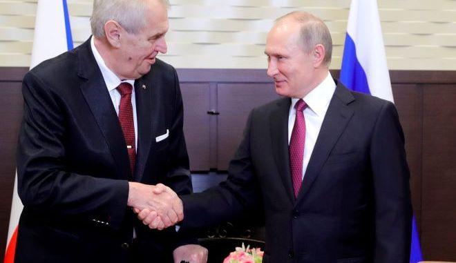 Ο Ρώσος πρόεδρος Βλαντιμίρ Πούτιν με τον Πρόεδρο της Τσεχικής Δημοκρατίας Μίλος Ζέμαν.