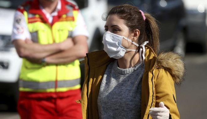 Γυναίκα στη Βιέννη κυκλοφορεί με μάσκα και γάντια