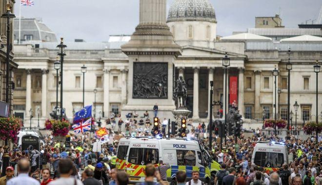 Διαδηλωτές που αντιτίθενται στο Brexit στην πλατεία Τραφάλγκαρ.