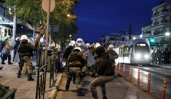 Επεισόδια μεταξύ της αστυνομίας και πολιτών πρίν από λίγο στην Πλατεία της Ν.Σμύρνης, όταν πολίτες διαμαρτυρήθηκαν για την επιβολή προστίμου μετακίνησης σε οικογένεια που καθόταν στην πλατεία, Κυριακή 7 Μαρτίου 2021 (EUROKINISSI / ΓΙΩΡΓΟΣ ΚΟΝΤΑΡΙΝΗΣ)