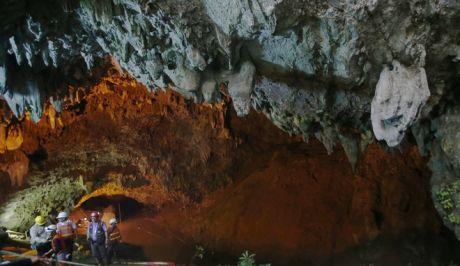Η είσοδος του δικτύου σπηλαίων που ήταν εγκλωβισμένα τα παιδιά και ο προπονητής τους