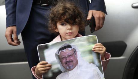 Ένα κορίτσι κρατάει φωτογραφία του Τζαμάλ Κασόγκι, σε διαμαρτυρία κοντά στο σαουδαραβικό προξενείο στην Κωνσταντινούπολη