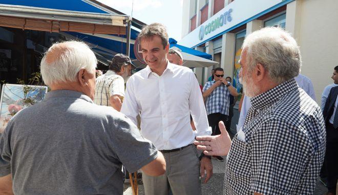 Στο νομό Λακωνίας περιόδευσε ο πρόεδρος της Νέας Δημοκρατίας, κ. Κυριάκος Μητσοτάκης. Κατά τη επισκεψη του συναντήθηκε με τον Μητροπολίτη Μονεμβασίας και Σπάρτης κ. Ευστάθιο και στη συνέχεια επισκέφθηκε την Σπάρτη και την Αρεόπολη όπου είχε την ευκαιρία να ακούσει από κοντά τα προβλήματα που αντιμετωπίζουν οι πολίτες. Επίσης, μετέβη και στο Κέντρο Υγείας της Αρεόπολης όπου συνομίλησε με γιατρούς και νοσηλευτικό προσωπικό. (EUROKINISSI/ΓΡ.ΤΥΠΟΥ ΝΕΑΣ ΔΗΜΟΚΡΑΤΙΑΣ/ΔΗΜΗΤΡΗΣ ΠΑΠΑΜΗΤΣΟΣ)