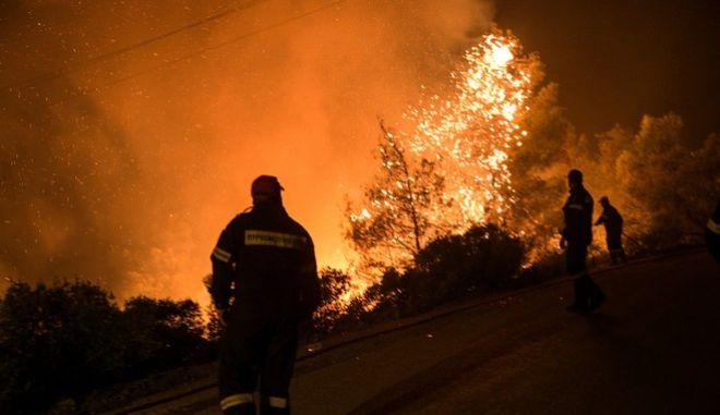 Για δεύτερο βράδυ οι πυροσβέστες παλεύουν να τιθασεύσουν το πύρινο μέτωπο