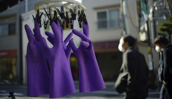 Κρεμασμένα πλαστικά γάντια