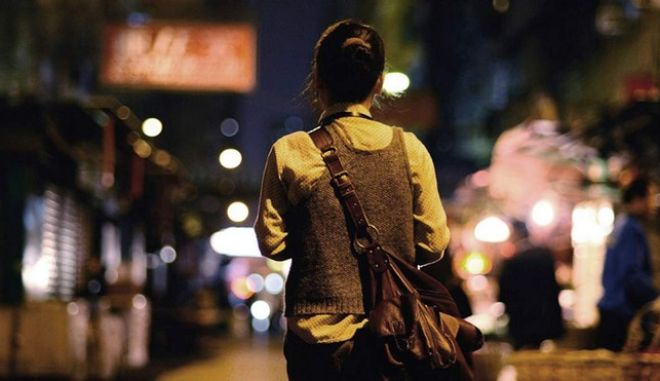 'Πληρώνω για να είμαι ασφαλής': Γιατί οι γυναίκες περπατούν λιγότερο από τους άνδρες