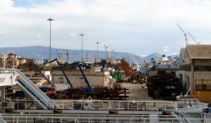 Προσάραξη παροπλισμένου πλοίου στη Σαλαμίνα