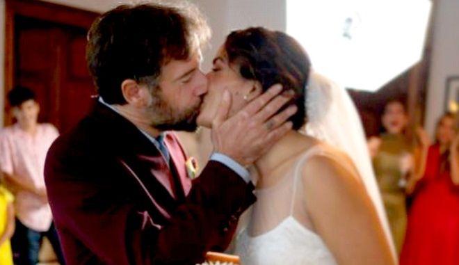 Κωστής Μαραβέγιας και Τόνια Σωτηροπούλου στο πρώτο φιλί μετά τον γάμο τους