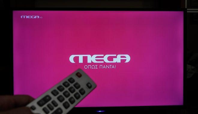 Λογότυπο του MEGA Channel σε τηλεόραση, ενόψει της πρεμιέρας του.