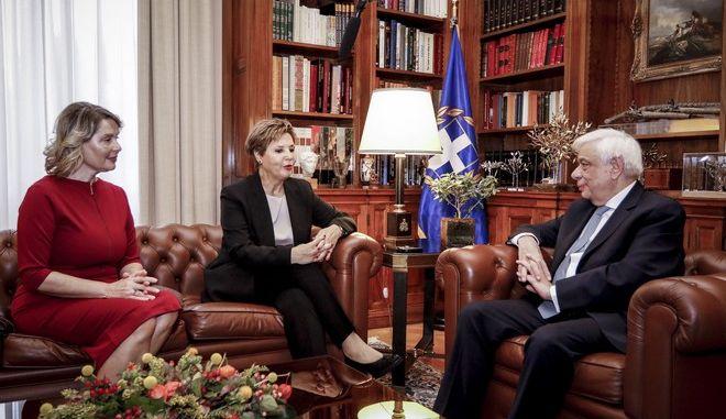 Στιγμιότυπο από τη συνάντηση του Προέδρου της Δημοκρατίας, Προκόπη Παυλόπουλου, με την υπουργό Προστασίας του Πολίτη Όλγα Γεροβασίλη και την υφυπουργό Κατερίνα  Παπακώστα