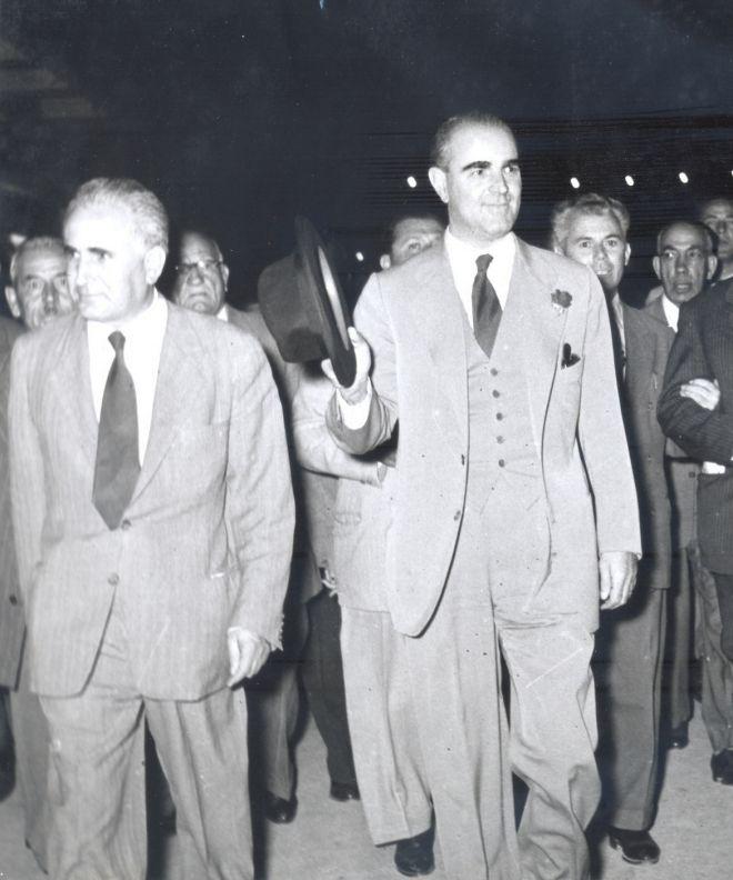 Ο Κωνσταντίνος Καραμανλής με τον Κώστα Παπακωνσταντίνου κατά την προεκλογική εκστρατεία του 1958