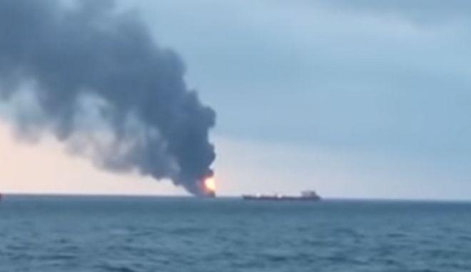 Στις φλόγες δύο πλοία στο Κερτς