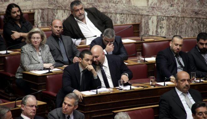 """Ο Παναγιώταρος μέσα στη Βουλή: """"Ο Σαμαράς δεν θα γ....σει τη Χρυσή Αυγή!"""" (Βίντεο)"""