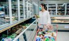 Γυναίκα στο σούπερ μάρκετ στην εποχή του κορονοϊού